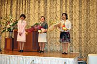 県女連加納会長(写真左)より、渡辺満枝直前会長に感謝状と花束が贈られた